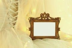 Stary rocznika owalu lustro, piękna biała ślubna suknia i przesłona na krześle z złocistą girlandą zaświecamy obrazy royalty free