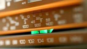Stary rocznika radio nastraja obracać tarczę Zbliżenie strzał zdjęcie wideo