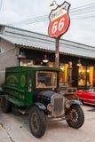 Stary rocznika samochód przy noc rynkiem, Srinakarin droga Obraz Royalty Free