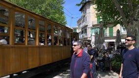 Stary rocznika tramwaj jedzie w Soller, Mallorca zbiory wideo