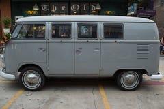 Stary rocznika Volkswagen samochód dostawczy przy noc rynkiem, Srinakarin droga Zdjęcie Stock