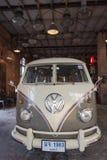 Stary rocznika Volkswagen samochód dostawczy przy noc rynkiem Srinakarin lub pociągu rynkiem, Tajlandia Fotografia Royalty Free