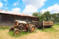 Stary Rolny ciągnik jatą Zdjęcia Royalty Free