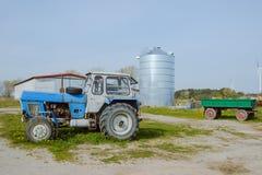 Stary rolny ciągnik rdzewiejący i łamający Obraz Royalty Free