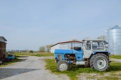 Stary rolny ciągnik rdzewiejący i łamający Obrazy Stock