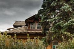Stary Rosyjski drewniany dom wśród drzew Zdjęcia Royalty Free