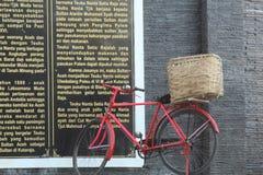 Stary rower parkuje z koszem Zdjęcia Stock