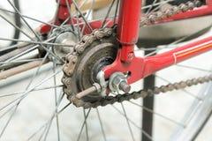 Stary rowerowy whell w czerwonym kolorze z rdzewiejącym łańcuchem fotografia royalty free