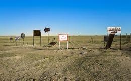 Stary ruch drogowy podpisuje wewnątrz pustynię blisko Kuwejt miasta Obraz Stock