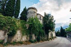 Stary rujnujący zaniechany przerastający dwór w gotyka stylu w Yalta, Crimea obrazy royalty free