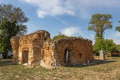 Stary rujnujący cegła dom, niebieskie niebo i Fotografia Stock
