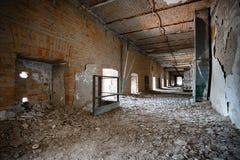 Stary rujnujący przemysłowego budynku korytarz, wnętrze Zdjęcie Stock
