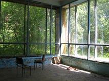 Stary rujnujący zaniechany budynek z łamanym Windows obrazy stock
