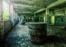 Stary rujnujący fabryczny budynek od inside Zdjęcia Stock