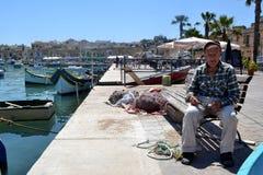 Stary rybak odpoczywa na ławce Fotografia Stock