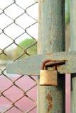 Stary rygiel i kłódka na drzwiowym tenisowym sądzie fotografia royalty free
