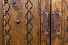 Stary rygiel na drewnianym drzwi z ornamentami Fotografia Royalty Free
