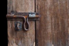 Stary rygiel przy drewnianym drzwi obraz stock