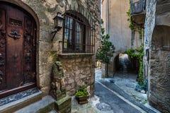 Stary rzeźbiący drzwi i gankowy dowcip Fotografia Stock