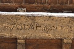Stary rzeźbiący literowanie na drewnianej desce na Arnolfo wierza dachu Palazzo Vecchio, Florencja, Tuscany, Włochy Zdjęcia Royalty Free