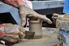 Stary rzemieślnik pracuje na glinianym garnku Zdjęcia Stock
