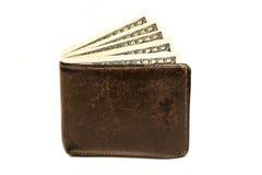 Stary rzemienny brown portfel z sto dolarami banknotu odizolowywającego na białym tle Obrazy Stock