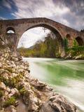 Stary rzymianina kamienia most w Cangas De Onis, Hiszpania (Asturias) obraz stock