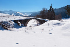 Stary rzymianina most zakrywający od śniegu w Bułgaria Zdjęcia Stock