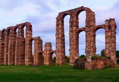 Stary rzymski akwedukt w półmrok światłach Merida obraz royalty free