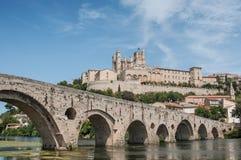 stary rzymski most i katedry St Nazaire w Beziers obraz stock