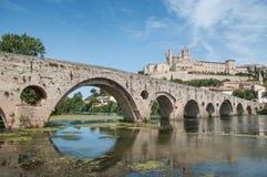 stary rzymski most i katedry St Nazaire w Beziers obrazy royalty free
