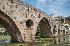 stary rzymski most i katedry St Nazaire w Beziers t obraz stock