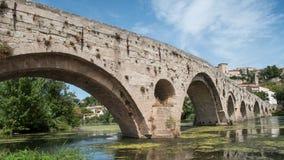 Stary rzymski mosta i katedry St Nazaire tło ja fotografia royalty free