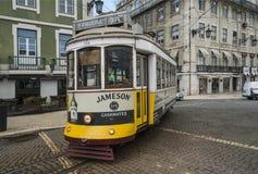 Stary sławny tramwajowy nr 28 w Lisbon Zdjęcia Royalty Free