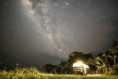 Stary samochód dostawczy przy afrykańską nocą Zdjęcie Stock