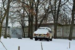 stary samochód na tle stary ogrodzenie Obrazy Royalty Free