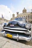 Stary samochód parkujący przed rewoluci muzeum w Hawańskim, Kuba Fotografia Royalty Free