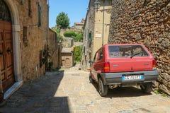 Stary samochód stoi w Volterra fotografia stock