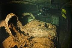 Stary samochód wśrodku wojna światowa statku wraku chwyta II obraz stock