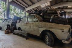 stary samochód w sala fotografia stock
