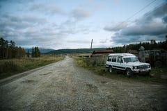 Stary samochód w wiosek górach w tle Zdjęcia Stock