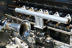 Stary samochodowego silnika wnętrze - oldtimer samochodu silnik - Fotografia Stock