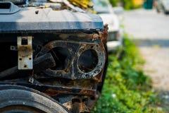 Stary samochodowy cmentarz z zamazanym tłem Zdjęcie Stock