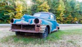 Stary samochodowy wrak na polu Zdjęcie Royalty Free