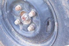 Stary samochodu mag z kołem, żelazny koła mag z copyspace zdjęcie royalty free