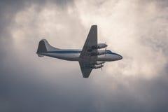 Stary samolot pasażerski na chmurnym niebie Obraz Stock