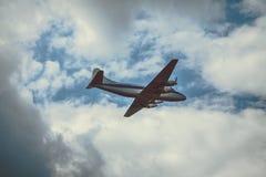 Stary samolot pasażerski na chmurnym niebie Fotografia Stock