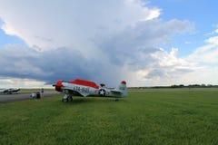 Stary samolot szturmowy na zieleni pola bocznym widoku Obraz Stock
