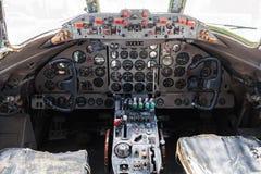 Stary samolotu kokpit z kierownicami, kontrolnymi dźwigniami i a, Zdjęcia Stock