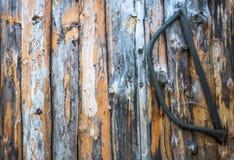 Stary saw który wiesza na drewnianej ścianie zdjęcia royalty free